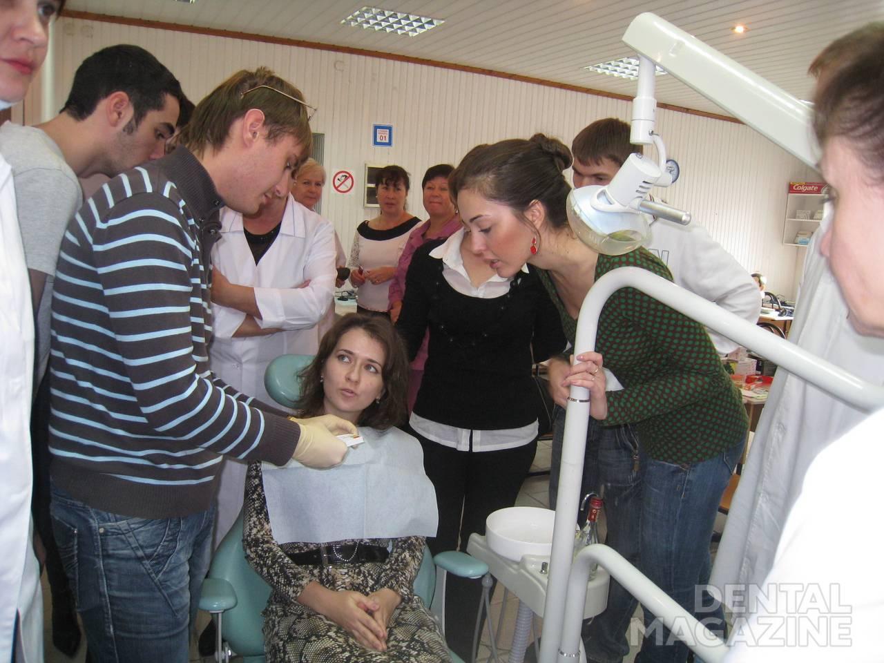 Демонстрация применения теста Plaque Indicator Kit на пациенте.
